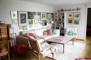 Birgittas vardagsrum är fyllt med konst, en del hennes egna.Bordet har hon haft i 50 år och från början var benen silverblanka.