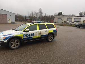 Polisen är på plats och söker eventuella vittnen till händelsen.