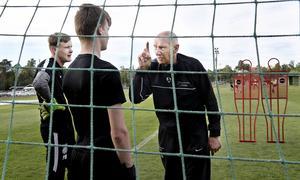 Målvaktstränaren Lasse Sandgren har gjort comeback - vid 83 års ålder. Här förklarar han för William Eriksson och Pontus Bruhn, i Jönköpings Södras ungdomsakademi, vad som krävs för att bli en bra fotbollsmålvakt.