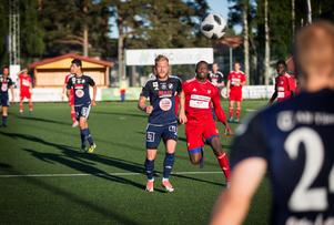 Kvarnsvedens Rasmus Lindgren i kamp med Moras Samuel Barlay.