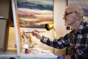 Den stroke han fick 2013 drabbade vänstra armen. Som ur var är Bo Tapper högerhänt och kan fortfarande måla.