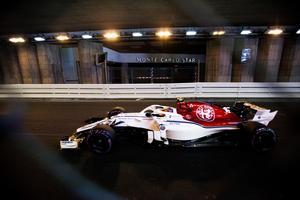 Charles Leclerc susar fram genom den berömda tunneln i Monaco.