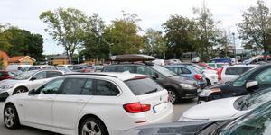 Parkeringarna vid stationerna är populära. På morgnarna är det huggsexa om platserna.