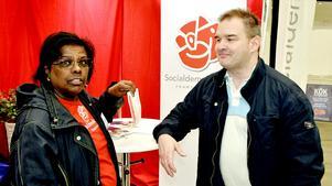 Priscilda Helenius  och Kenneth Andersson diskuterade politiska frågor i S-montern.