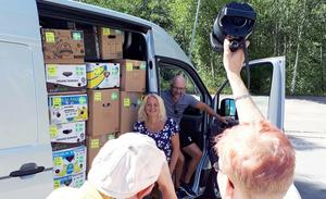 Susanne Stattin och Danne Stattin fotograferades av Volkswagen som sponsrar med minibussen för resan till Moldavien.Foto: Privat