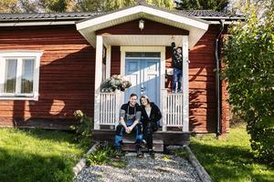 Jonas och Hanna Barklund tillsammans med sönerna Edvin och Liam.