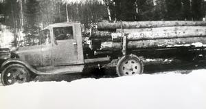 Ove Thomsons far Gottfrids  första lastbil en Chevrolet som användes för att frakta timmer med efter stormfällningen av skog i Garpenberg 1932.