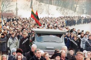 Tusentals följde en frihetshjälte till graven i februari 1991 i Vilnius. (AP Photo)