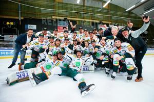 Kristianstads spelare och ledare jublar efter segern mot Almtuna. Bild: Andreas Sandström / BILDBYRÅN