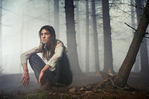 Charlotte Gainsbourg tappar sig själv i skogen i Lars von Triers