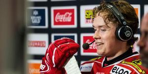 Linus Öberg intervjuas i tv-sändningen under periodpaus efter att ha gjort första SHL-målet. Bild: Bildbyrån