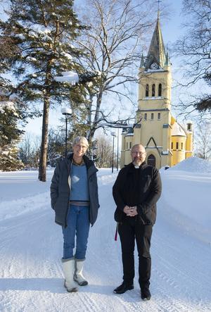 – Det här blir de första drop in-vigslarna i Sundsvall, säger barnmusikledare Eva Bjerke. Tillsammans med prästen Pether Bertilsson utanför Skönsmons kyrka.