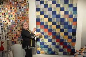 Catrin Jonsson ställer ut täcken som är sydda av gardinspill. Materialet är polyester och syntet.
