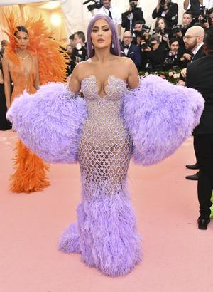 Pastelliga färger i håret är fortfarande i tiden. Men Kylie Jenner har troligtvis inte färgat håret lila för årets Met-gala utan bär en peruk. Foto: Charles Sykes/AP