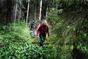 KOLLAR MARKEN. I onsdags rekade Karin Brolin och Peter Ståhl området inför söndagens invigning. De är stolta över Långhällskogen och ser redan framemot att få inviga flera naturreservat.