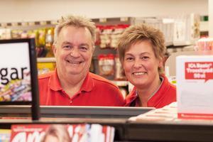 Lars-Göran och Pernilla Sundström äger butiken i Järbo tillsammans.   – Vi har ett otroligt starkt Ica-hjärta, säger Pernilla.
