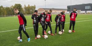 Först på plan. Gustav Gunnarsson, Pit Kritsada, William Hessleryd, Poya Mehrabi, Albion Haziri, Axel Nordkvist och Amal Nuzhdin i KFF:s U19-lag testar nya konstgräsbanan bara en timme innan den officiella invigningen.
