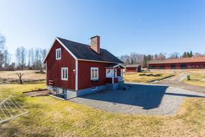 På gården finns två bostadshus. Foto: Länsförsäkringar Fastighetsförmedling Arboga