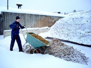Om Sandra Schmidt och de andra som sköter hästarna har tur slipper de köra gödslet utomhus nästa vinter. Då kan det förmodligen räcka med att  forsla det till ett automatiskt band inne i stallet.
