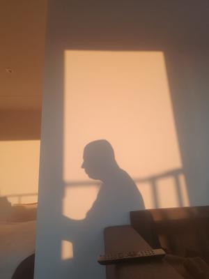 Foto: Mats Albinsson.    Har flyttat till en ny lägenhet och noterar att nu är det ett nytt ljus på tillvaron...