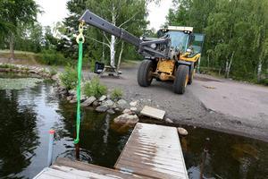 Den flera meter långa järnstolpen fick ge sig mot lastmaskinen.
