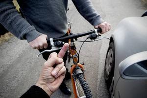 När bilisten pekade finger blev cyklisten rasande och jagade ikapp och misshandlade föraren.