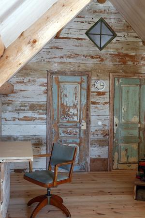 Harmoniska färger. Väggplankorna är från ett gammalt tak.