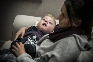 Williams kropp är helt förlamad, han är blind och kan inte svälja. Familjen Sundelin har för tredje gången ansökt  om personlig assistans genom Försäkringskassan men ser ut att få nej igen.