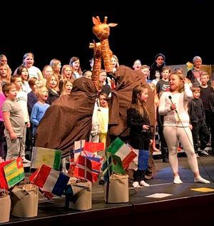 Barnen tog med publiken på en hoppfull resa genom världen. Foto: Privat