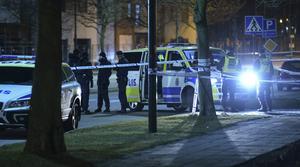 Antalet dödsskjutningar har ökat kraftigt i landet de senaste  tio åren och låg de två senaste åren kring 43 respektive 45 personer. Bilden är från en skottlossning i Malmö 2016 när en person avled. Bild: Johan Nilsson/TT