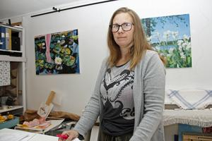 Arrangerande Linda Undegård visar självklart även sin egen konst.