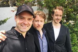 David Dencik, regissören Mikael Håfström (i mitten) och Jonas Karlsson (t.h) på plats på filmfestivalen i Cannes. Foto:  Miranda Sigander/TT