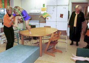 Dåvarande jämställdhetsminister Margareta Winberg (S), längst till höger i bild, besökte 1998 förskolan Tittmyran i Trödje 2 mil norr om Gävle. Tittmyran jobbade då med en från början isländsk pedagogik som går ut på att stärka flickor såväl som pojkar i sin utveckling och socialisering till empatiska samhällsmedborgare. Pedagogiken ska bidra till att flickor och pojkar inte ska fastna i traditionella pojk- och flickroller. Här får flickorna prova på hur det känns att vara cirkustigrar, ryta som en tiger och hoppa genom ringen av eld.