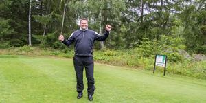 Firade med vrål och segergest. Joakim Englund från Arboga golfklubb vid bana 11,  där han slog sin första hole-in-one.