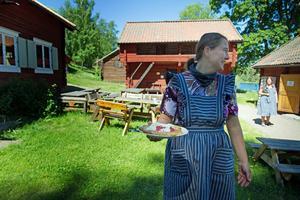 Gammelgården kommer återigen att servera våfflor i sommar. När tidningen besökte caféet höll de på att experimentera sig fram till den perfekta smeten och baktiden.