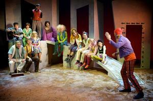 Teater Västernorrlands uppsättning av Momo och jakten på tidstjuvarna har blivit en medryckande historia.