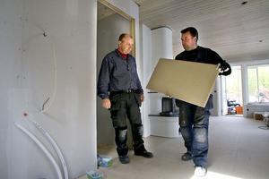 Mats Abrahamsson och Lennart Hämäläinen bygger en sommarstuga i Idenor. De äger Byggbolaget tillsammans.