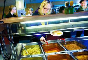 """LT har tidigare skrivit om problem med långa köer i skolmatsalen på Sporthallen i Östersund. """"De har fått nya serveringsvagnar, en för kyld mat och en för varm mat. Så nu blir det inte          längre långa köer"""", säger Mona Modin Tjulin (S).  Foto: håkan luthman"""