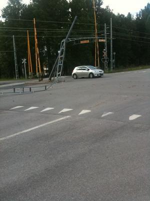 Flera bilar passerade under den nerkörda stolpen innan vägen stängdes av.