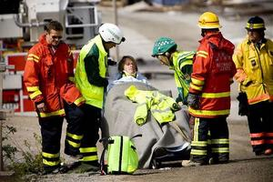 Daniel Jakobsson tas om hand av ambulanspersonal.