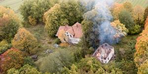 Eftersom branden härjade bara 15 meter från huvudbyggnaden fick räddningstjänsten inrikta sig på att förhindra spridning.
