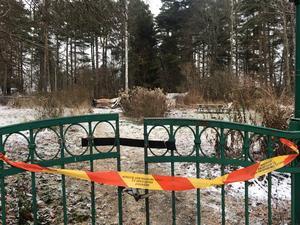 Den eldhärjade tomten vid Rumbagränd 2 är granne med ett framtida exploateringsområde. Därför vill kommunen inte bygga något nytt på tomten i nuläget.