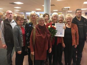 Flyktinghjälp Väddö vid prisutdelningen av FN-priset 2017. Karin Liungman håller i diplomet.