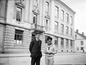 Utanför Karolinska läroverket. Harald Tegner och Geoffrey. Fotograf: Waldemar Tegner. Bildkälla: Örebro stadsarkiv