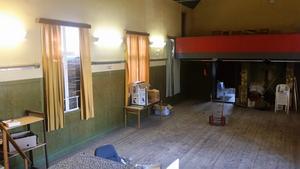 Före. Stora salen var mörk med igenspikade fönster  och grönmålade väggar när Catarina och Oskar köpte huset.
