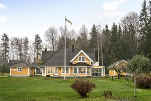 Exteriör från villan i Hallsberg som ligger ute för 3,2 miljoner kronor.