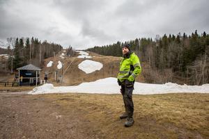 – Det är inte bara temperaturen som är ett problem, det är faktiskt vinden som tar hårdast på snön, förklarar Tim Price, platschef för Storstenshöjden.