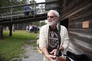Dieter Funda som flyttade från Tyskland till Ramsele för snart åtta år sedan, spelar många instrument. Här visar han upp sin irländska bouzouki.