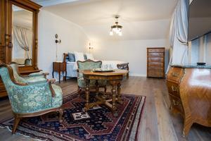 Ana och David har lagt ned mycket tid och pengar på inredningen i gästrummen. Det tvåhundraåriga huset kräver tidstypiska möbler, tycker de.