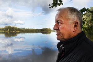 Anders Eriksson vid sjön Närdingen nära hemmet i Sonö.